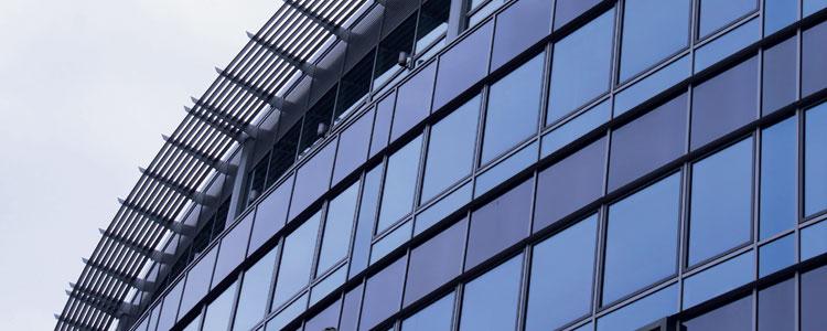 Ein Gebäude mit viel Glas. Die Fenster sind foliert mit Sorenos Fensterfolie.
